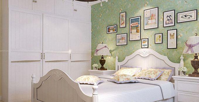 小户型卧室衣柜设计:  卧室不大,衣柜靠墙设计,整体衣柜所用成本较高,设计师采用了成品衣柜的形式,在色调搭配上和床保持一致,即使这样床的两边也只能放得下床头柜了,但是整体效果非常不错。略带中式韵味的卧室,家具主体是原木色。  卧室的空间稍显充足,靠墙定制的整体衣柜充分利用室内空间营造出更多的收纳空间,田园风格的卧室,衣柜功能强大,还有飘窗设计,十分舒适。  这样的衣柜的第一感觉是收纳空间真的很大,整体衣柜设计最重视收纳空间的拓展,另外在色彩上也可以和房间内的其他家居保持一致,这个卧室设计中式韵味十足,适合