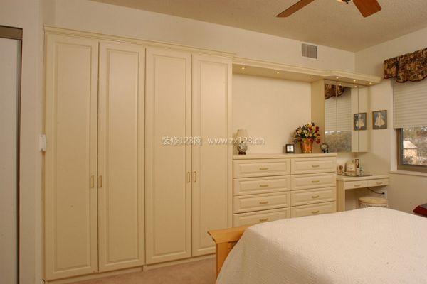 比如儿童房衣柜可设计成上下两格,因为儿童的衣物较短,不需要太多空间